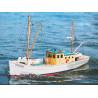 Stavebnice rybářského člunu pro elektromotory řady 400. Model v rozsypu s trupem z plastu PSH, dřevěná paluba a nástavba, lodní hřídel, kormidlo a maketové příslušenství.