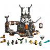 Akční stavebnice LEGO® NINJAGO® Kobky Čaroděje lebek 71722 s 8 minifigurkami, včetně nindžů Colea, Zanea a Lloyda. Model kobek kreativním dětem umožní vychutnat si nespočet hodin přehráváním dechberoucích bitev z televizního seriálu. Vhodné pro děti 9+.